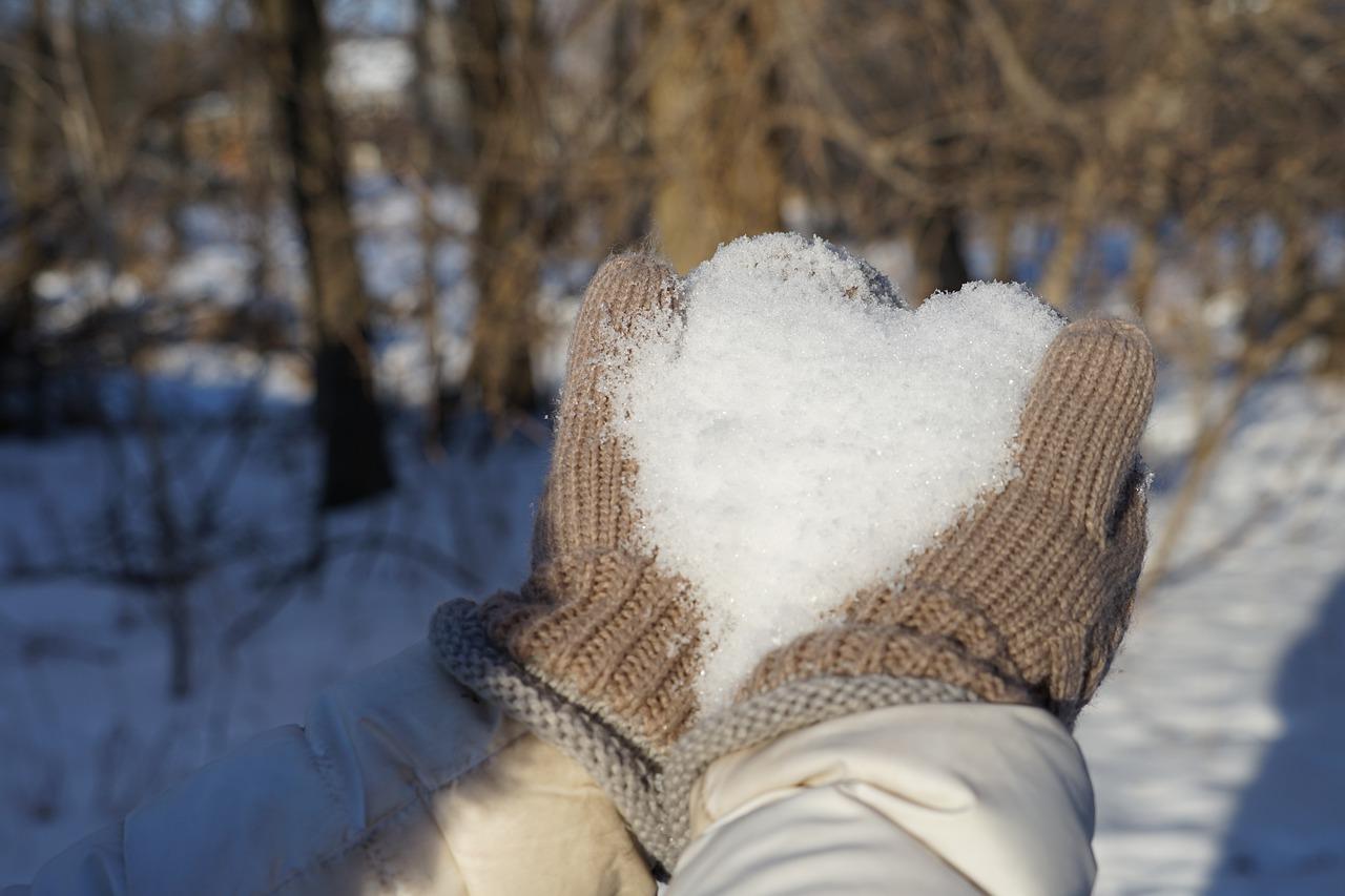A kézápolás hatékony rutinja hóban, fagyban, jeges szélben
