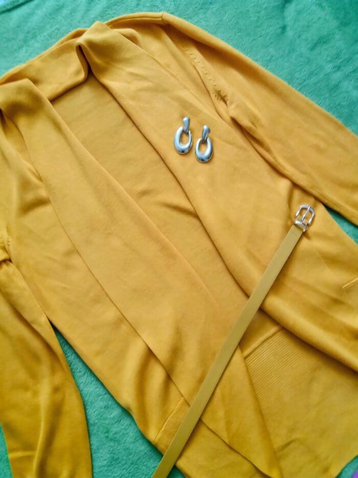 Egy sárga kardigán, két alkalom, két stílus