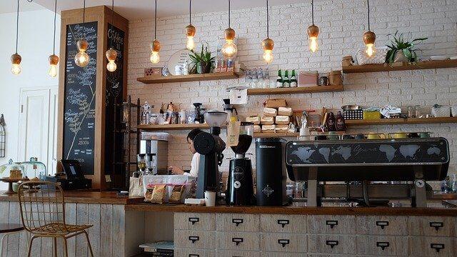A túlköltekezés pszichológiiája a kávézóban is működik